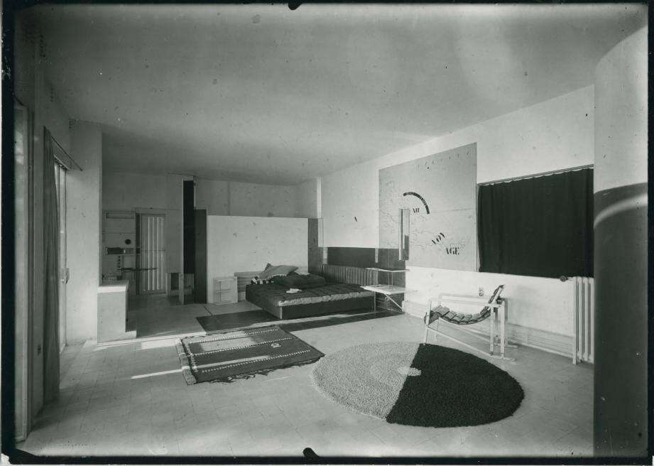 À gauche, une photographie du séjour de la villa « E-1027 » à Roquebrune en 1929 et à droite un cliché pris entre 1931 et 1933 d'un meuble à tiroirs pivotants de la maison d'Eileen Gray à Menton.