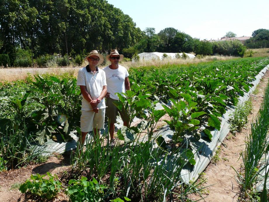 Simon et son encadrant Jérôme (à g.) fiers du travail accompli. La production 100% bio du jardin sera vendue dans un premier temps au personnel du Centre hospitalier. Michel Bartel (à d.), de son côté, est entouré des acteurs du projet a dévoilé la plaque du jardin des Rolliers.