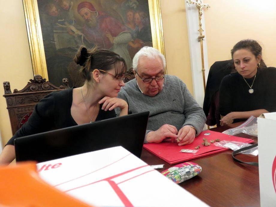 Les scientifiques autour du Dr Yves Darton au cours de l'étude paléopathologique.