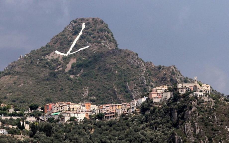 La flèche est visible par temps clair depuis la place Masséna, à Nice.