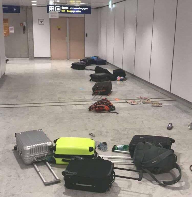 Les bagages renversés attestent de la panique des passagers.