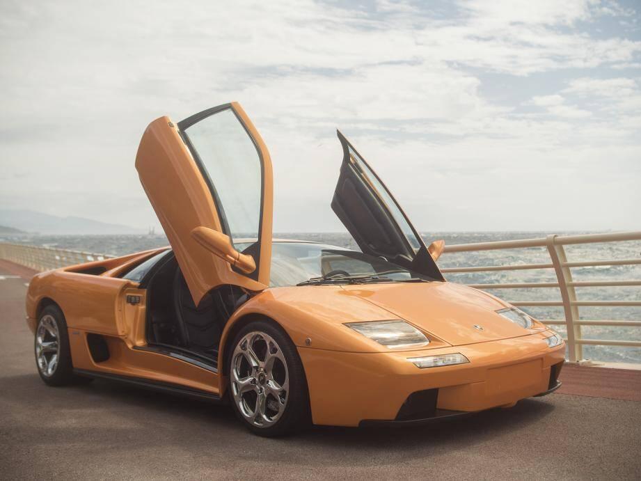 Lamborghini Diablo 6.0 VT (2000) estimée 290 000-330 000 e ou Aprilia RS 125 (6 exemplaires, estimée 55 000-65 000 e) du champion du monde GP 250 2002, Arnaud Vincent, sortent des paddocks HVMC pour mouiller devant le Yacht-club aujourd'hui.(©HVMC)