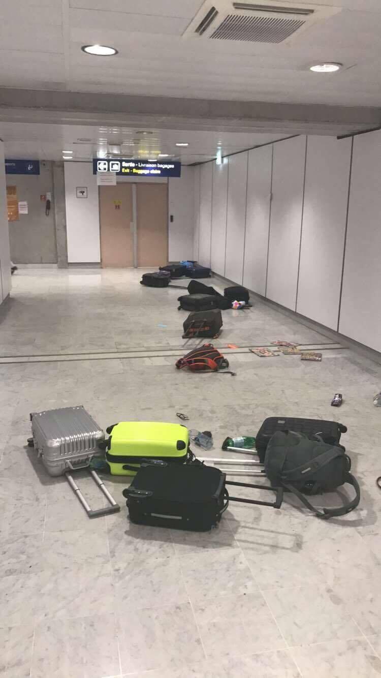 Dans le mouvement de foule, les passagers ont abandonné leurs bagages.(D. R.)