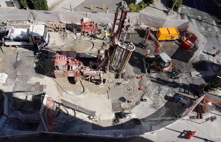 Depuis le 4 juillet, les ouvriers travaillent à consolider le terrain et le tunnelier est à l'arrêt.