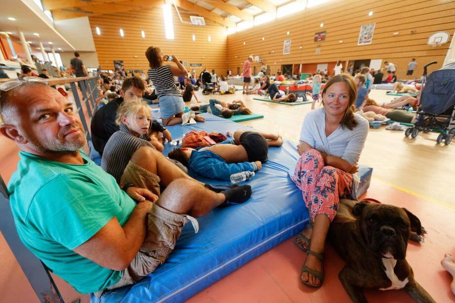 Murielle, Pascal, leurs trois enfants et leur chien ont quitté leur camping, situé au pied du feu, en pleine nuit. Une évacuation faite dans le calme et la sérénité.