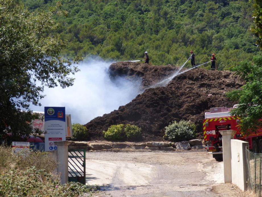 Les pompiers à pied d'oeuvre pour éviter la propagation de l'incendie.