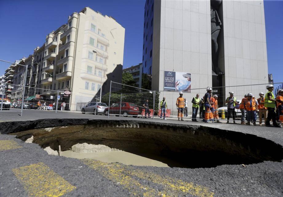 Le trou dans la chaussée rue de France, à Nice.