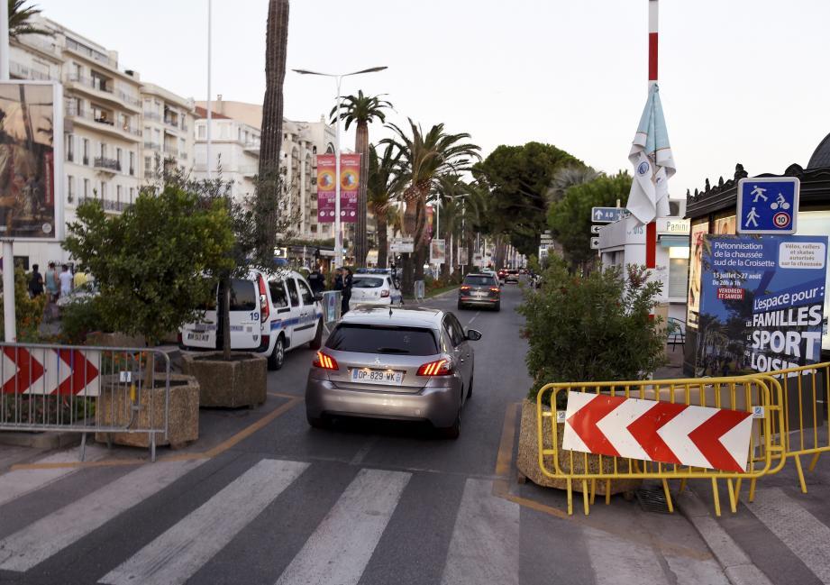 Les voitures peuvent circuler en semaine. La chausée sud de la Croisette est piétonne à partir de ce check-point les vendredis et samedis soirs.