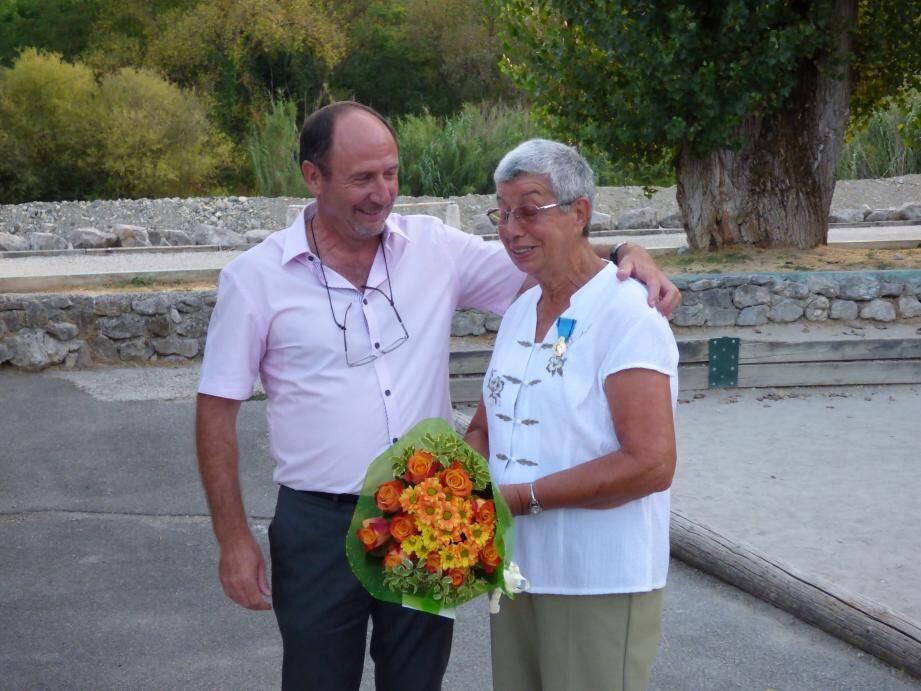 Avec beaucoup d'émotion, Marie-Thérèse Robecchi, la créatrice de la section judo à Peillon, a reçu la médaille de la Jeunesse, des sports et de l'engagement, des mains du maire.