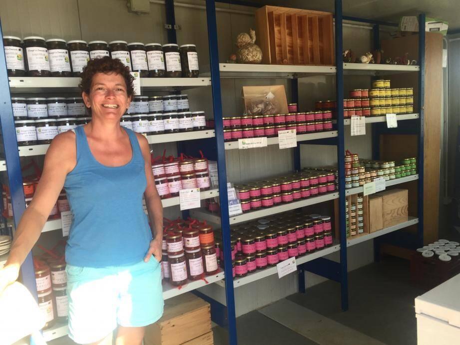 Christine tient une petite boutique dans son domaine. Pour un bocal de 2,5 douzaines de petits gris au naturel comptez 8 euros.