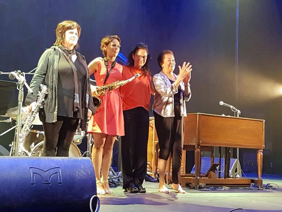 De gauche à droite Géraldine Laurent, au saxo-alto, Sophie Alour au saxo-ténor, Julie Saury à la batterie les musiciennes avec la grande dame du jazz.