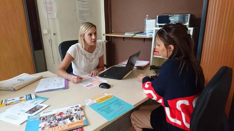 Le Service emploi aide les femmes à élaborer un projet professionnel et à maîtriser les techniques de recherche d'emploi.