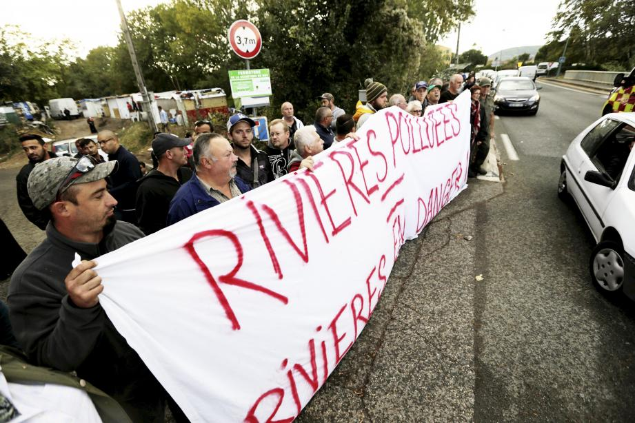 Mardi, une cinquantaine de personnes s'est rassemblée sur le pont de la Nartuby pour donner l'alerte sur la pollution déjà causée et celle encourue.
