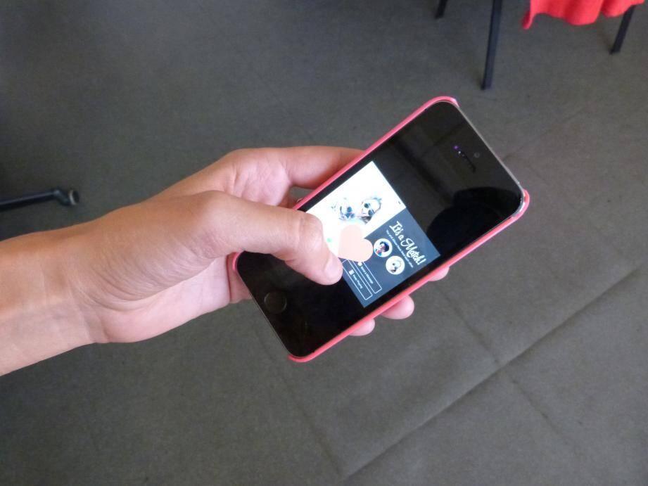 Interdire le portable à son ado est déconseillé. En revanche, il faut lui apprendre à utiliser les réseaux sociaux et les applis de rencontre.