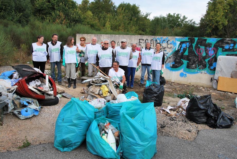 Une douzaine de personnes ont ramassé et trié les déchets.