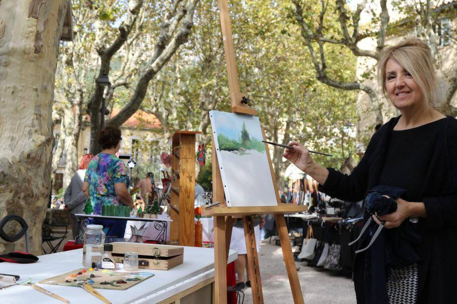 L'artiste Michèle Francisci, en action lors de son « live-painting ».