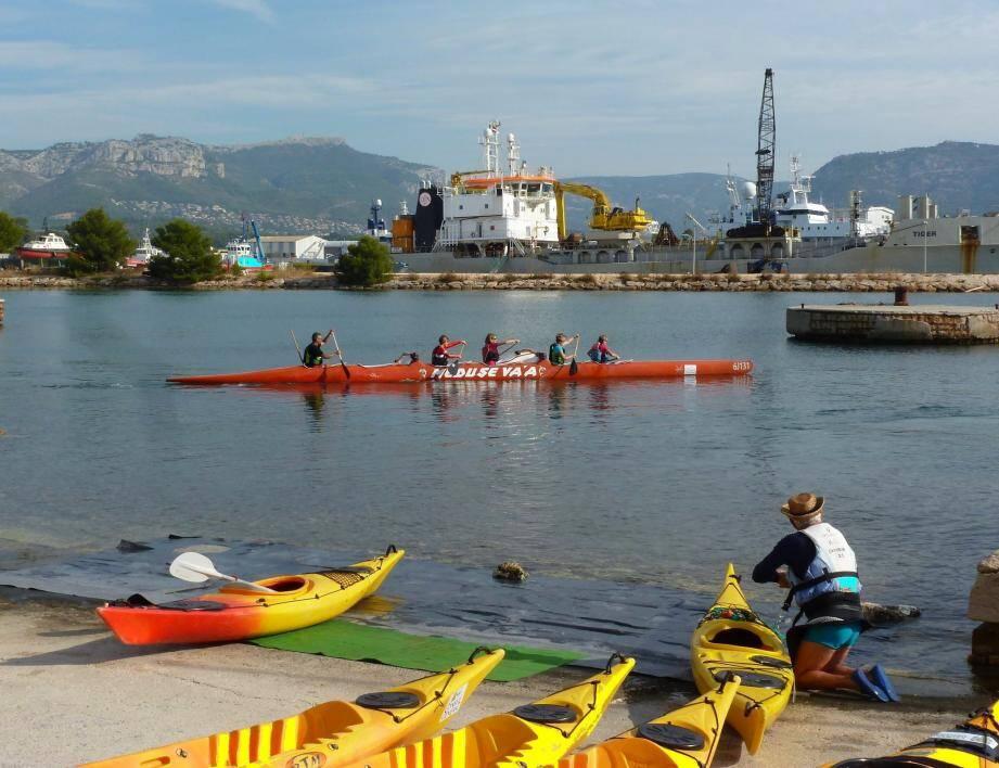 Pirogues et kayaks ont fleuri la darse de leurs couleurs exotiques.