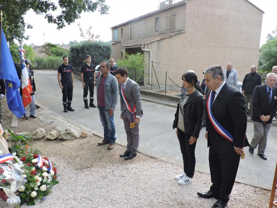 Moment de recueillement hier devant la stèle pour Fabien Matras, Nicolas Martel et les enfants de M. Boudjadja.