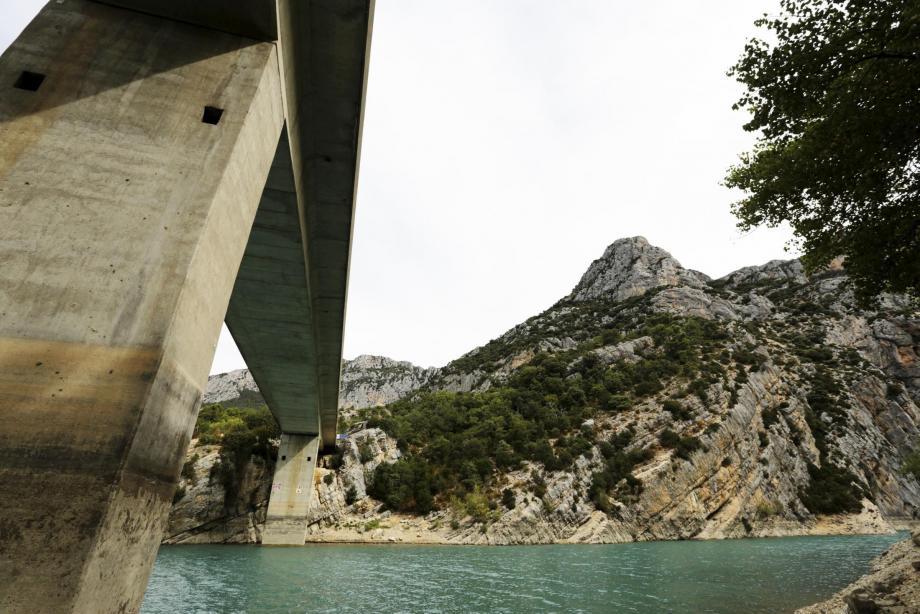 Malgré les panneaux d'interdiction, la tentation de sauter du pont ou des rochers est visiblement trop forte pour les amateurs de sensations.