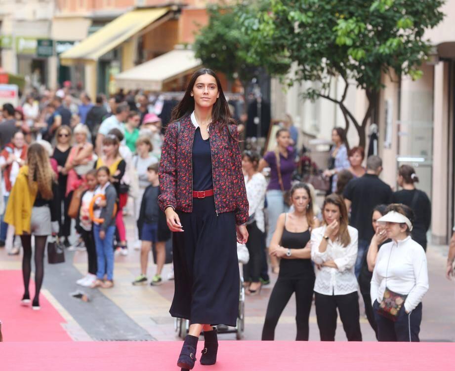Afin de parfaire le tableau, six « miss » ont exécuté deux défilés de mode, au profit de six boutiques locales de prêt-à-porter.
