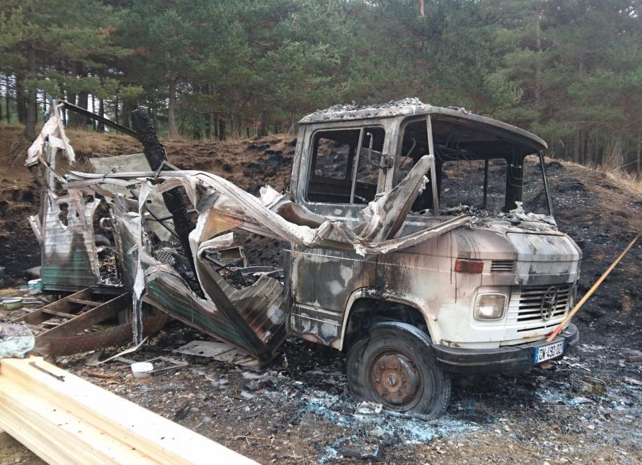 Il ne reste plus rien après l'incendie, du camion aménagé de John.
