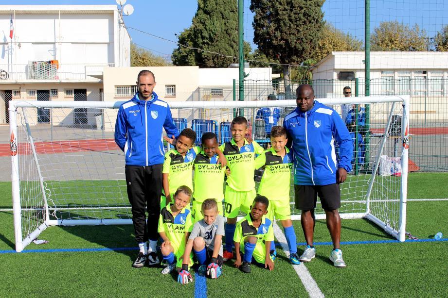 L'équipe U8 entraînée par Aliou Sow (en haut à droite).