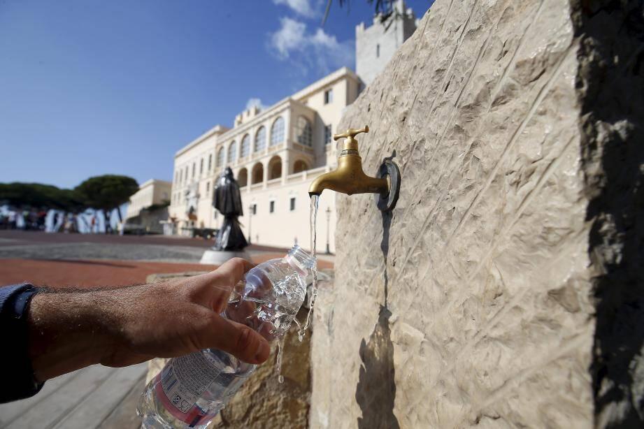 La fontaine d'eau de la place du Palais coule quasiment en continu l'été.