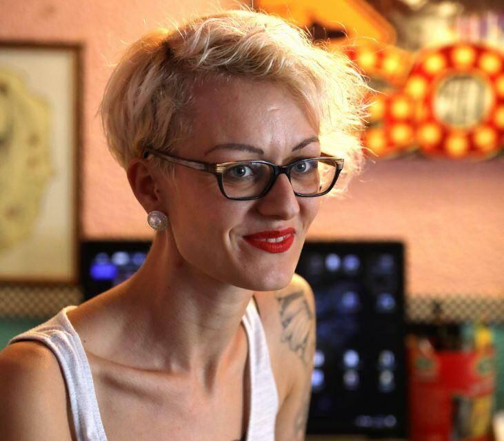 Jennifer, 30 ans, a ouvert son salon de tatouage, il y a deux ans à Carros. Elle a réalisé, elle-même, les tatouages qu'elle porte. Une prouesse physique et technique à plus d'un titre.