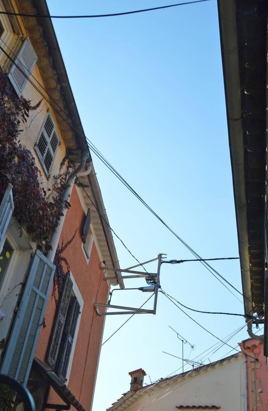 Les fils électriques qui traversent les rues et enlaidissent les façades sont appelés à disparaître.