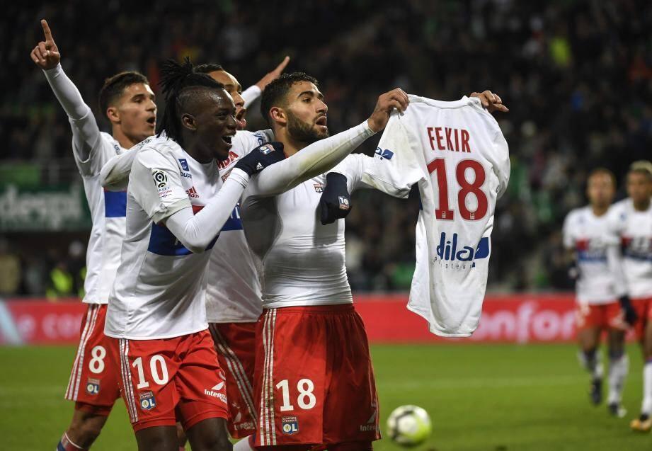 En célébrant le 5e but de son équipe, Fekir a suscité la colère du public stéphanois et l'envahissement du terrain.