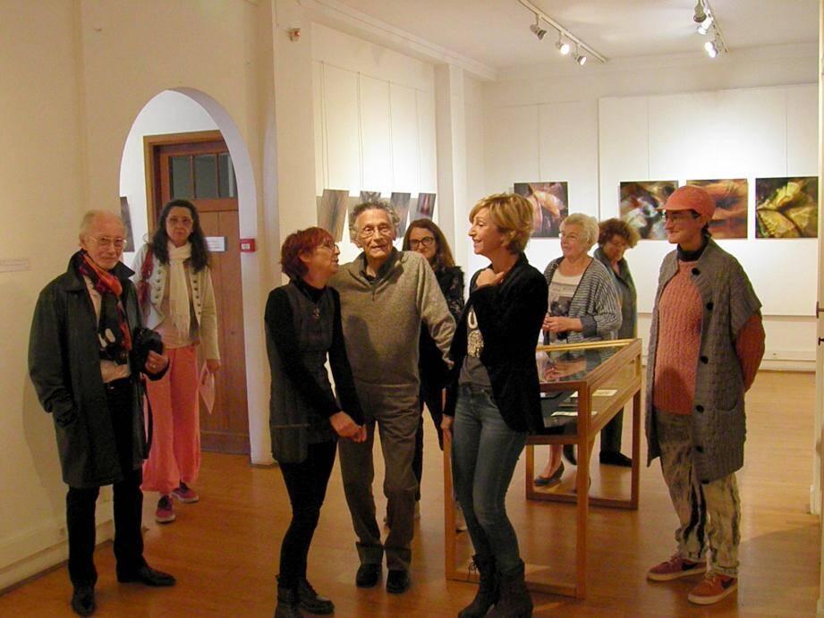 Au centre, Jean-Pierre et Nadine (de noir vêtue), tentent d'expliquer leur façon de travailler en déambulant dans les différentes salles.