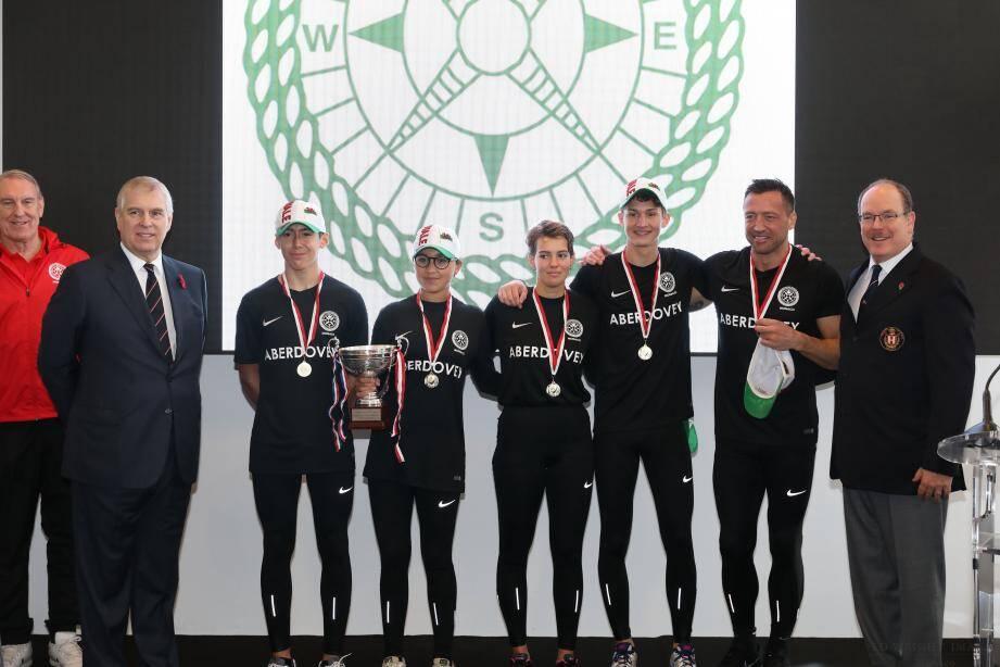 En haut : l'équipe Aberdovey, représentant le Pays de Galles, a reçu le trophée des mains du prince Albert et du prince Andrew d'Angleterre, duc de York. En bas : l'équipage monégasque a subi une avarie en finale mais termine à la 2e place.