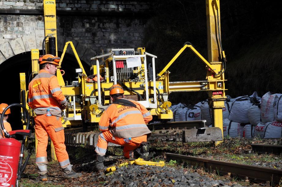 Comme sur 14 autres zones définies, les ouvriers ont renouvelé la sous-couche du ballast.