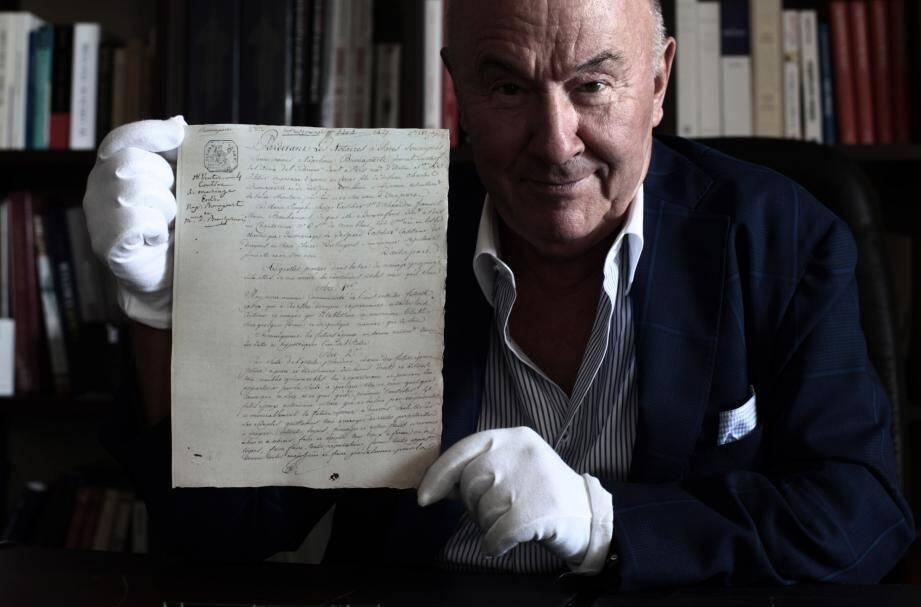 Gérard Lhéritier avec le contrat de mariage de Napoléon, du temps où sa société Aristophil, basée à Villeneuve-Loubet, était prospère.