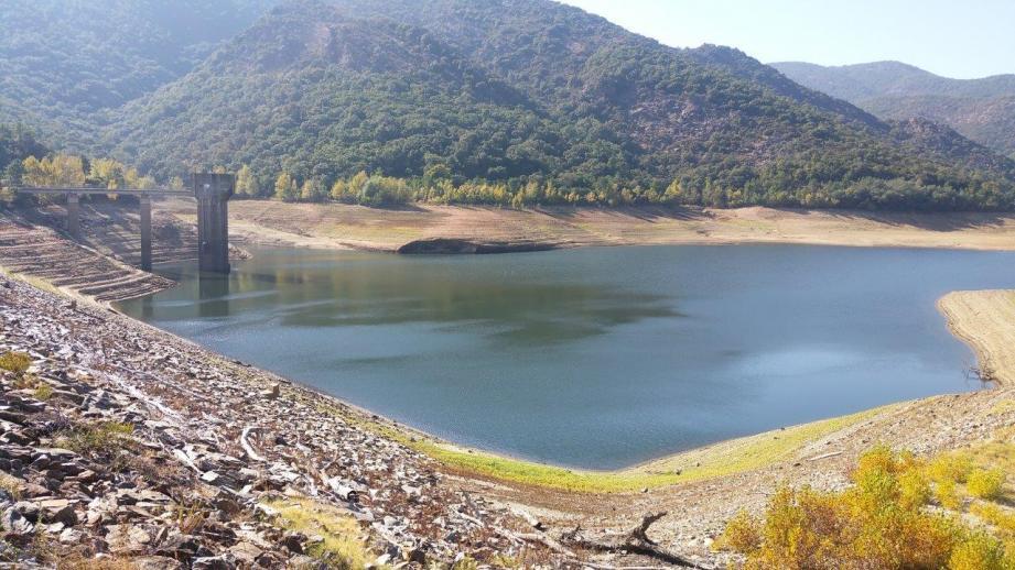 Le barrage stocke entre 2 et 8 millions de m3 d'eau. Un volume qui varie en fonction des saisons et de la quantité d'eau tombée du ciel. La tour de prise (à gauche) est un indicateur visuel.