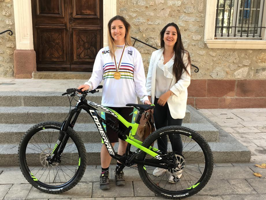 Le VTT, un sport individuel, certes, mais aussi un travail d'équipe... et une véritable histoire de famille : ici avec sa sœur Camille, Séverine (à gauche) est très entourée par ses proches.