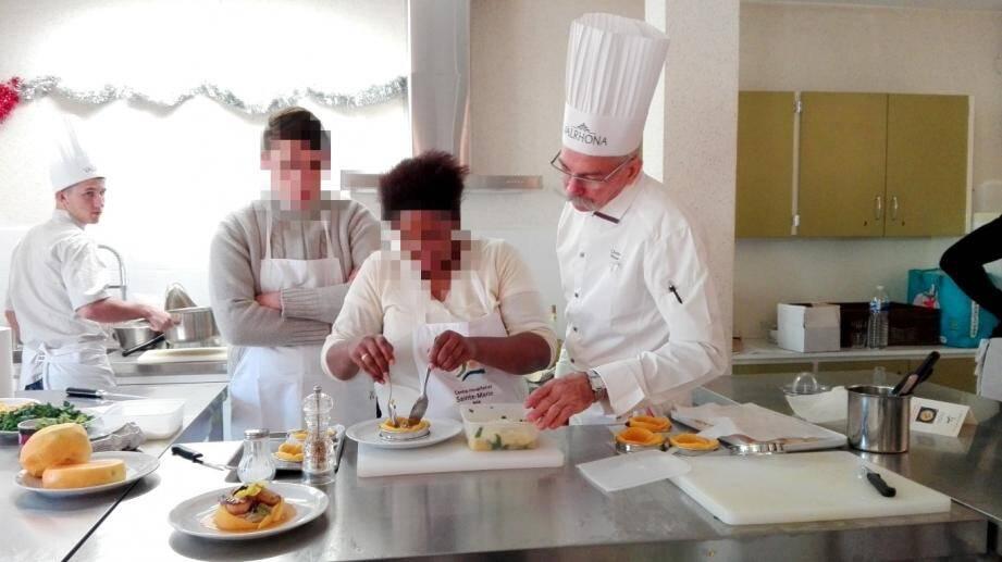 Christian Moriset a guidé les patients tout au long de la recette. Ils ont pris confiance en eux et étaient ravis d'avoir su concoter un plat de chef étoilé.