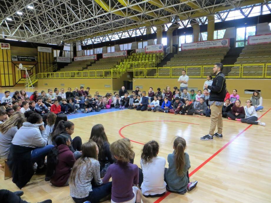 150 élèves du collège Bonnard étaient attentifs aux paroles de Kari.