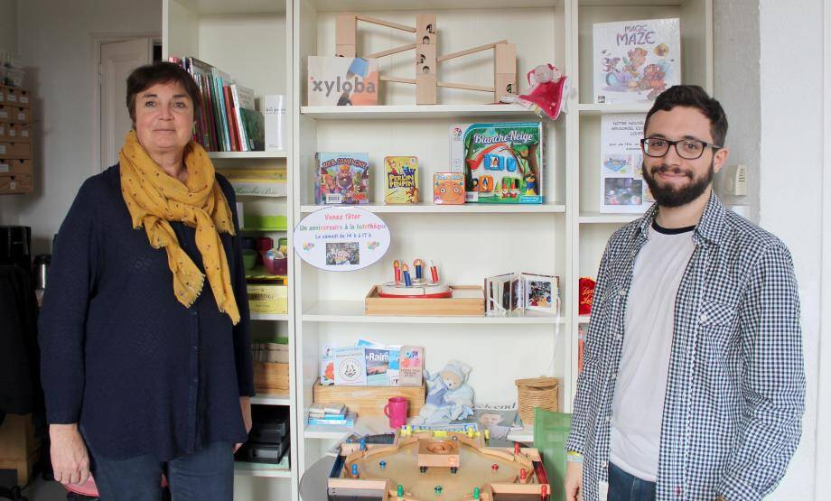 Sylvie Vergnaud et Hugo Malbrunot devant l'étagère des nouveautés.