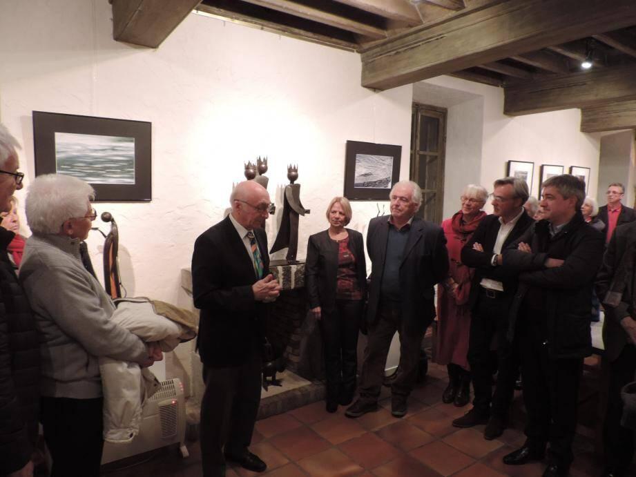 Le maire, René Gildoni, au centre, se prépare à la cérémonie des  vœux  avec à gauche, le député de la 2e circonscription, Loïc Dombreval et de nombreux élus et personnalités.