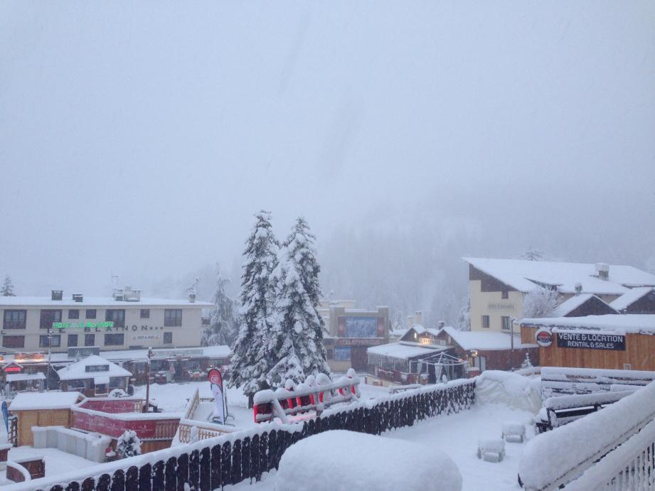 Brouillard et neige au rendez-vous d'Auron hier.