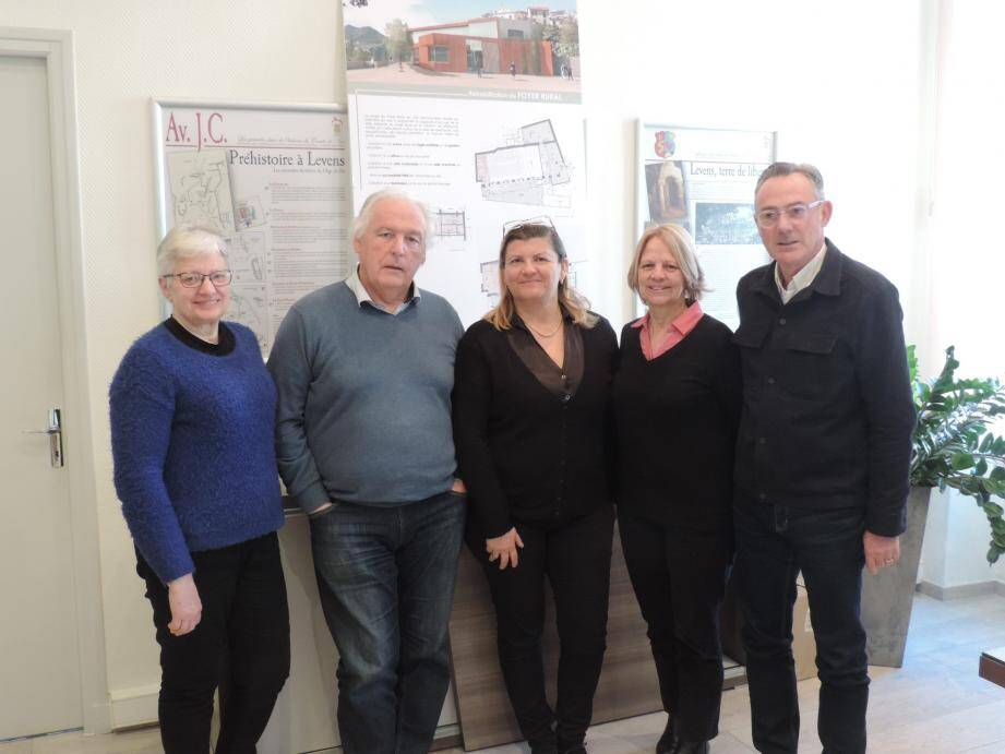 L'équipe municipale responsable de la culture : Jeannine Planel ; le maire Antoine Véran ; Ghislaine Bicini, Danièle Tacconi et Thierry Mieze. À droite, la maquette du foyer rural rénové.