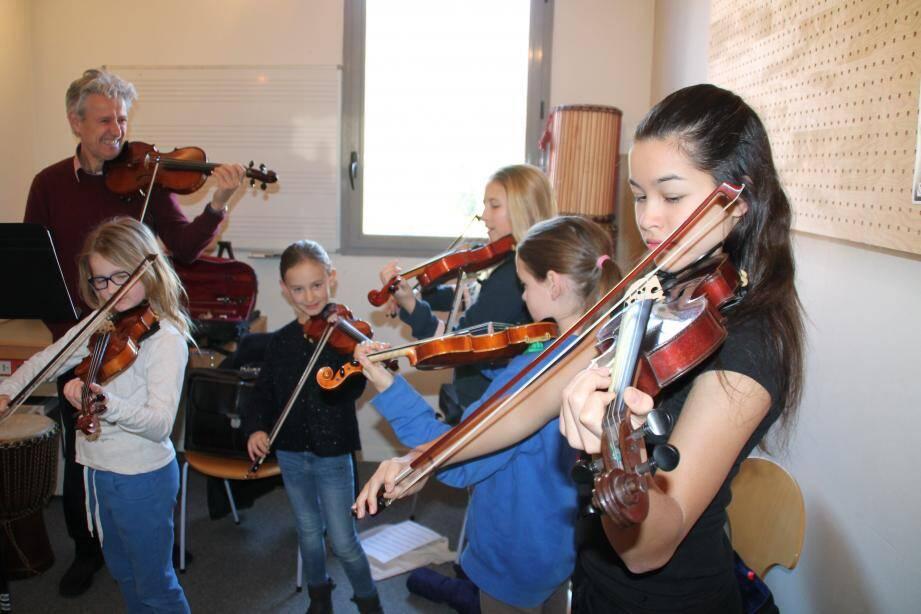 Ici, dans la classe instrumentale de violon.