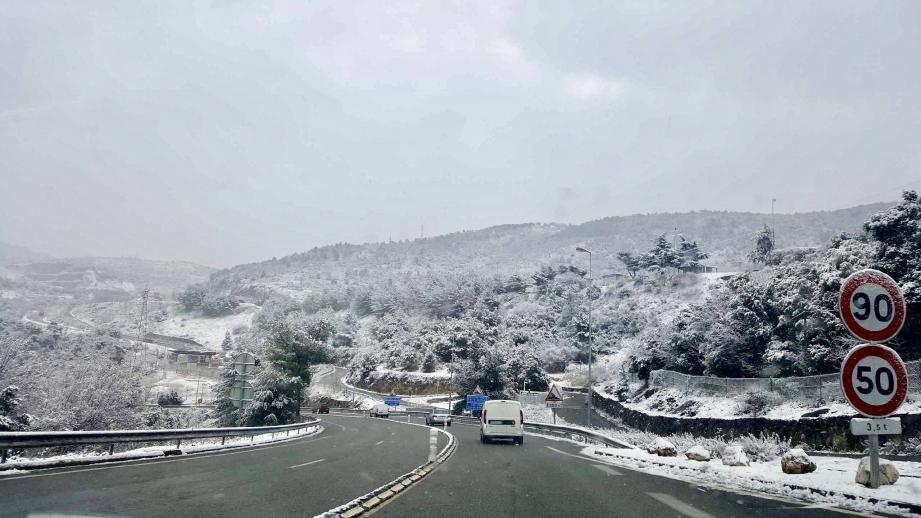 Après le péage de La Turbie, l'autoroute A500 sous la neige
