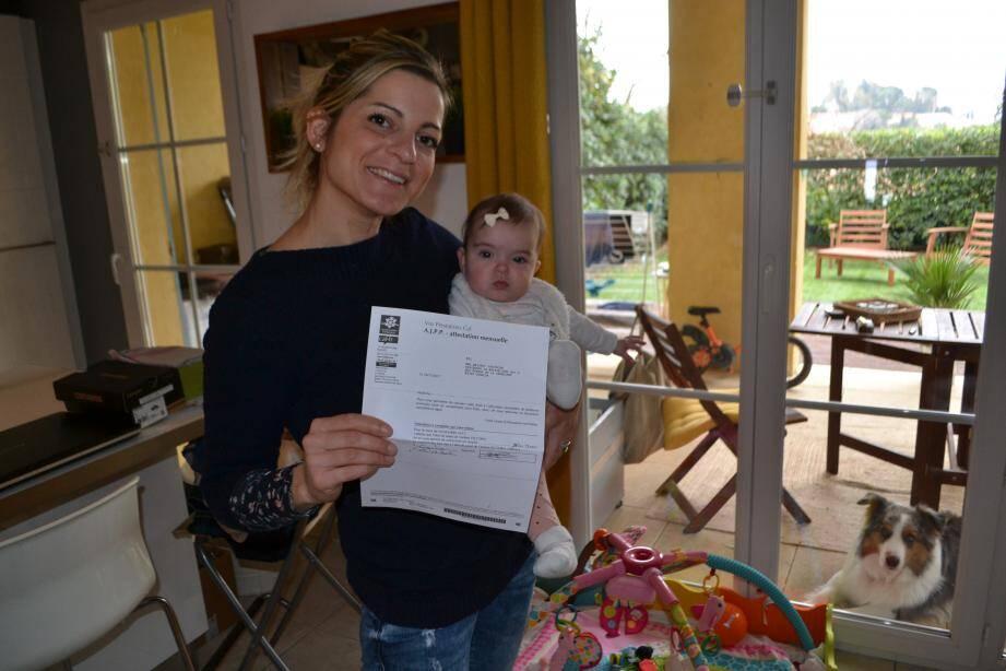 Joséphine, ici chez elle à Cogolin avec sa fille Victoria, a dû arrêter de travailler pour s'occuper de ses enfants, tous deux nés prématurément. Comme d'autres parents dans son cas, elle peine à toucher l'allocation de 950e par mois.