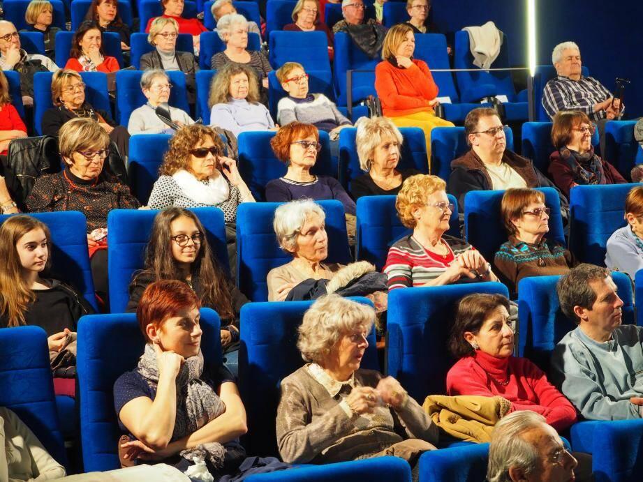 Une centaine de personnes a profité de la séance offerte par la mairie au Six n'Etoiles.
