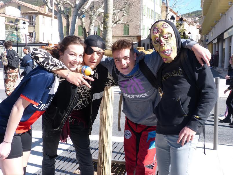 Les jeunes du lycée Jean-Moulin, grimés, pour célébrer les 100 jours avant le bac.