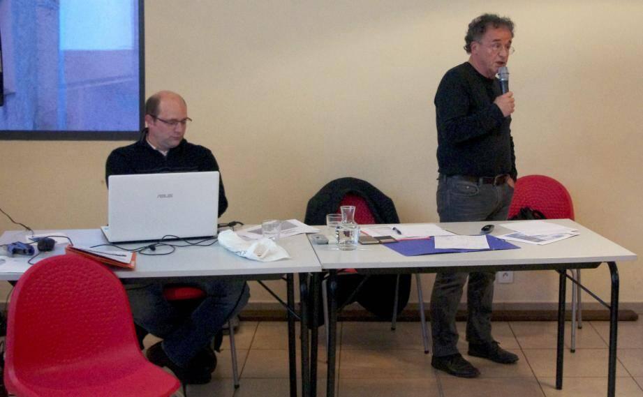 Jean-Pierre Luquand au micro et Cédrik Baud face à une assemblée nombreuse.