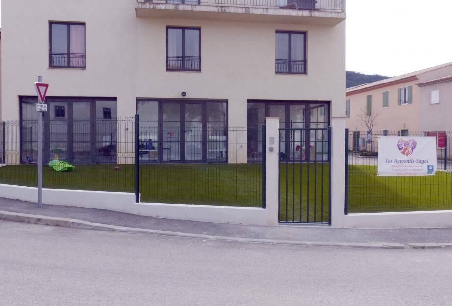 La mini-crèche occupe le rez-de-chaussée d'un vaste bâtiment proche de l'entrée de la zone d'activités Saint-Exupéry.