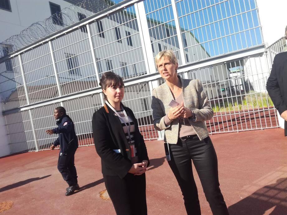 Émilie Guerel (à g.) à l'écoute de Claire Doucet, directrice de la prison, qui pointe le problème de la toxicomanie, notamment chez les très jeunes.